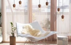 Drevené-závesné-svietidlá-sú-veľmi-módne-v-súčasnej-dobe.-Sú-vhodné-ako-dekorácia-k-jedálenských-stolom-a-pultom-v-kuchyni-alebo-v-spálni-nad-nočnými-stolíkmi-4